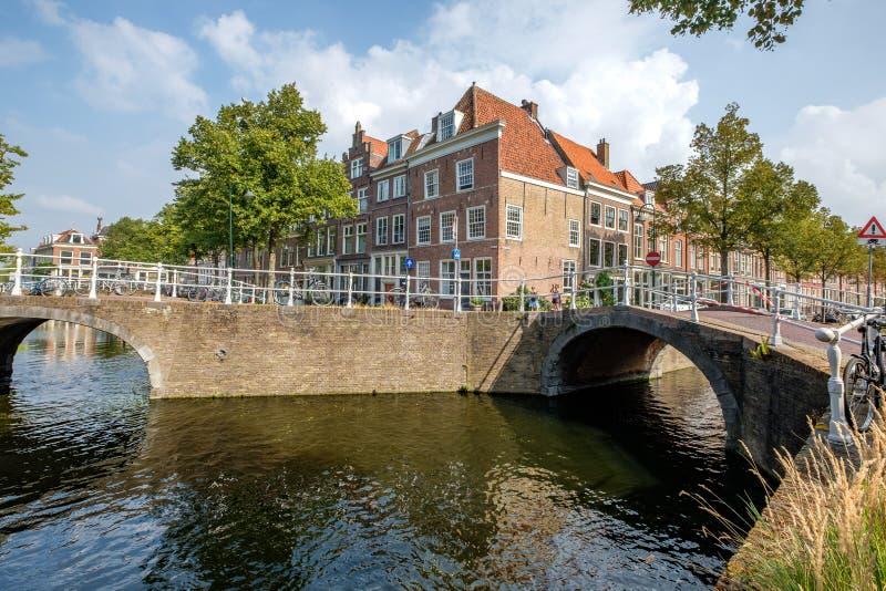 Un incrocio di due bei canali a Delft, Paesi Bassi fotografia stock libera da diritti