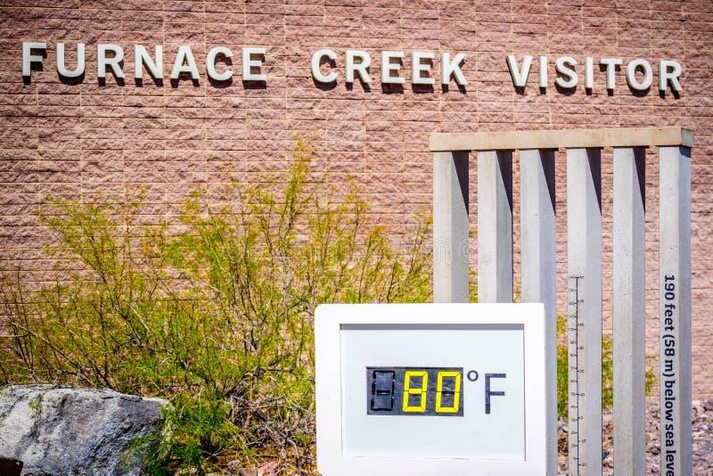 Un indicador del termómetro en el parque nacional de Death Valley, California imágenes de archivo libres de regalías