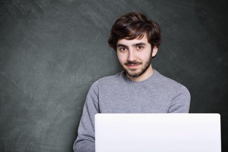 Un individuo atractivo confiado con la barba oscura y el peinado elegante fotos de archivo