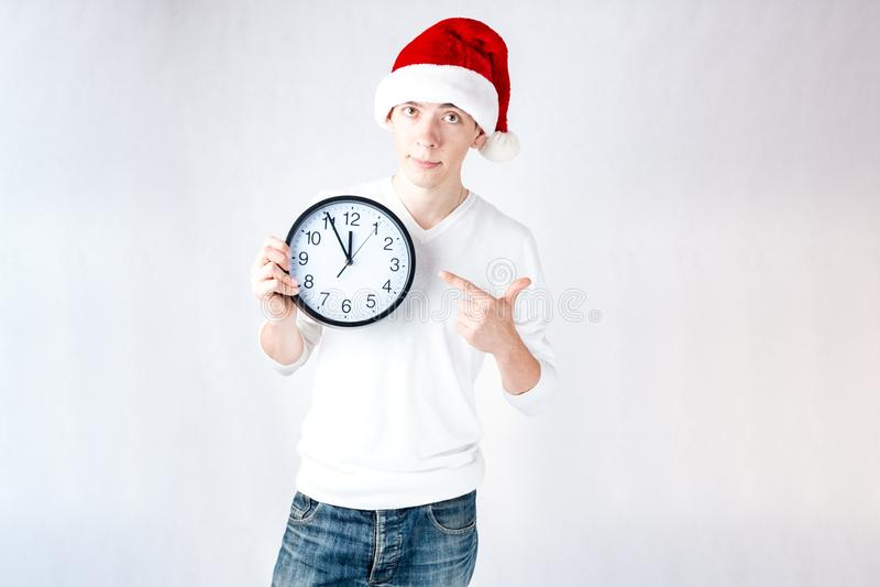 Un individuo elegante en un sombrero de santa celebra la Navidad y un Año Nuevo imagen de archivo libre de regalías