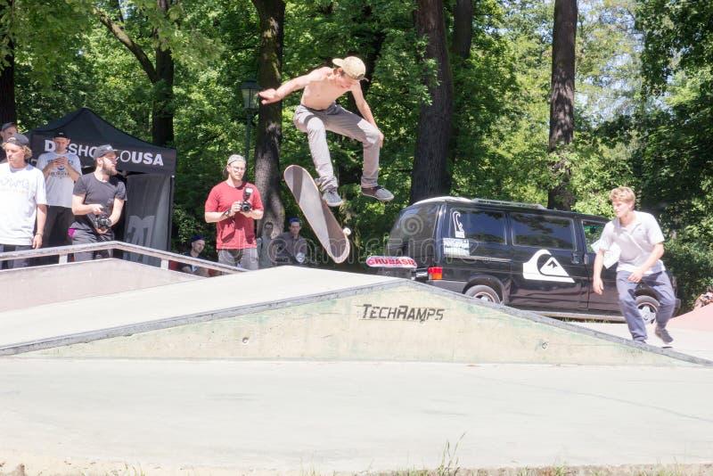 Un individuo joven sin una camiseta que patina en un trampolín, Polonia, foto de archivo