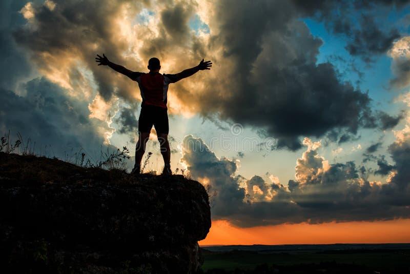 Un individuo que se coloca en una roca imagenes de archivo