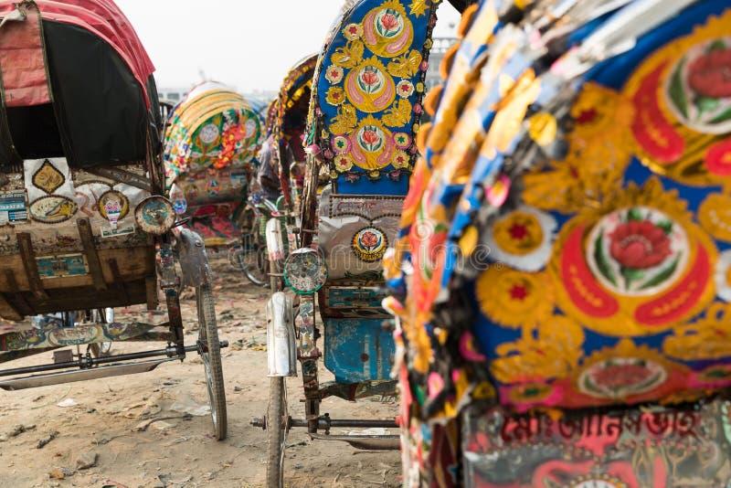 Un ine de carritos parqueó en un borde de la carretera en Dacca, Bangladesh imágenes de archivo libres de regalías