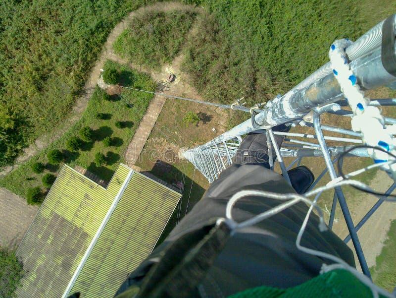 Un ingénieur travaille en haut d'une tour, Iran, Gilan image libre de droits