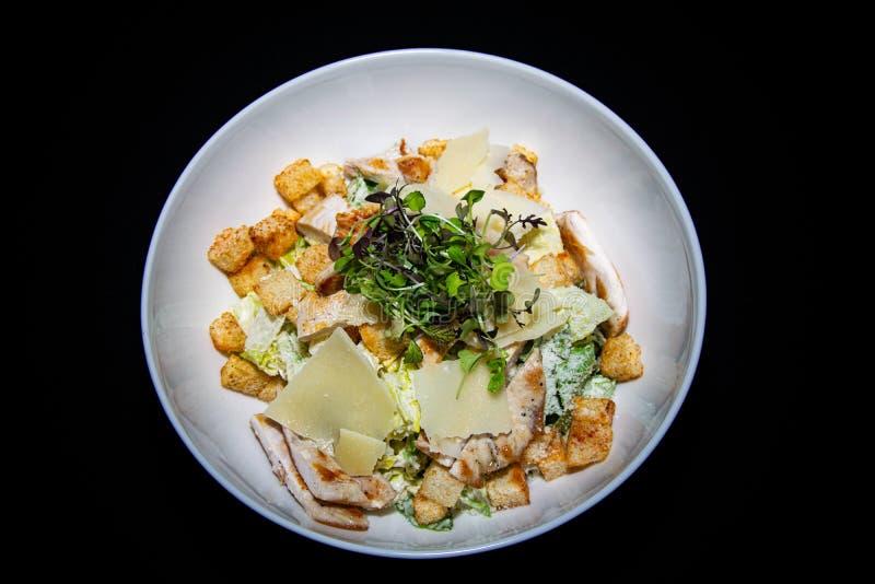 Un'insalata fresca tradizionale di Ceaser del pollo immagini stock libere da diritti