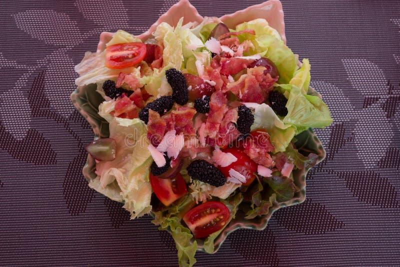 Un'insalata sulla tavola immagini stock libere da diritti