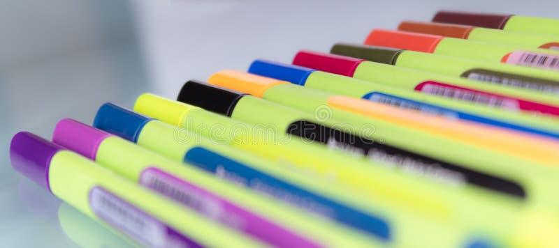 Un insieme degli indicatori colorati multi situati sul vetro con la priorità alta della sfuocatura fotografia stock libera da diritti