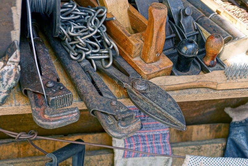 Un insieme degli strumenti della costruzione su una tavola fotografia stock