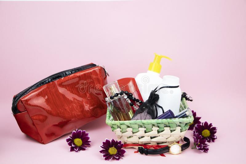 Un insieme dei cosmetici come regalo alla donna Un regalo per l'8 marzo, il giorno degli amanti o il compleanno immagini stock