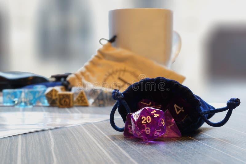 Un insieme dei dadi polyhedral con una borsa di corda di tiraggio fotografie stock libere da diritti