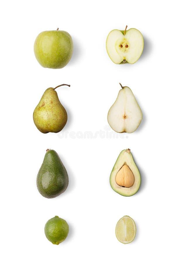 Un insieme dei frutti maturi succosi, frutta rustica su un fondo isolato bianco fotografia stock libera da diritti