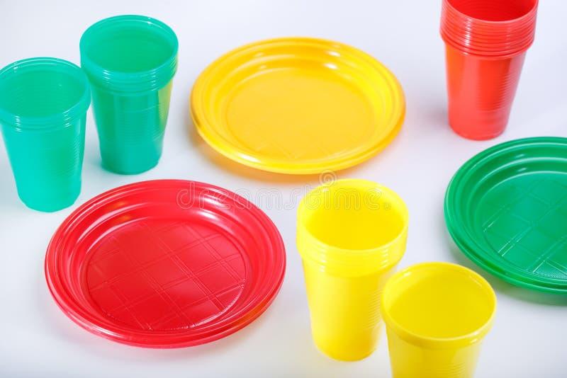 Un insieme dei piatti di plastica su fondo grigio fotografia stock libera da diritti
