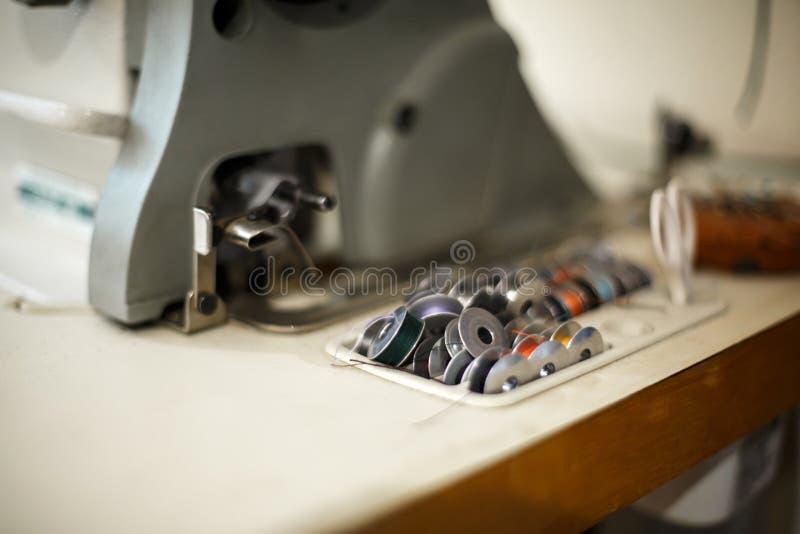 Un insieme del filo colorato per una macchina per cucire Cucitrice del posto di lavoro Adattamento dell'industria immagine stock libera da diritti