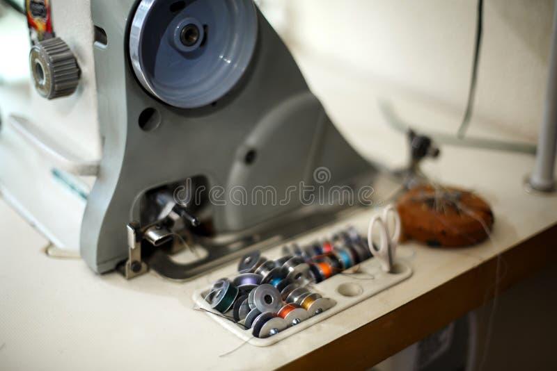 Un insieme del filo colorato per una macchina per cucire Cucitrice del posto di lavoro Adattamento dell'industria fotografie stock