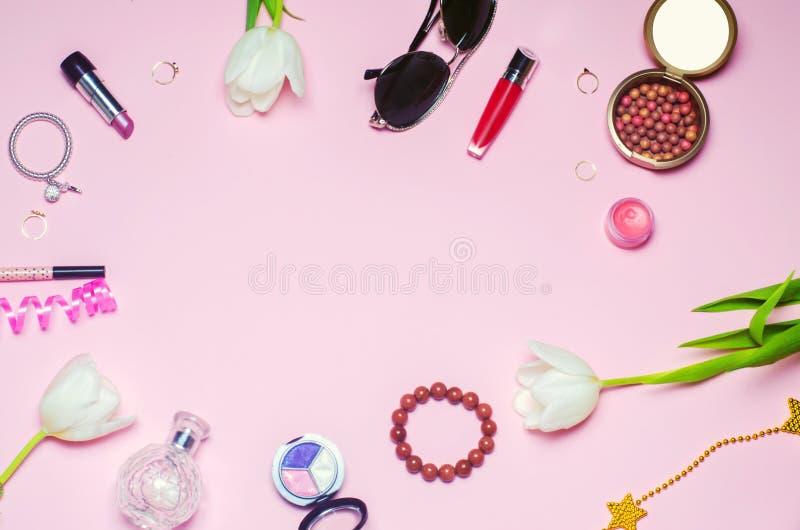un insieme del mare dei cosmetici femminili, accessori fascino, eleganza di stile di modo Vista superiore immagine stock libera da diritti