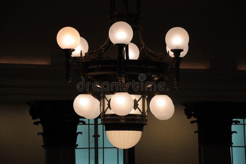 Un insieme del soffitto ha appeso l'illuminazione interna ambrata immagine stock