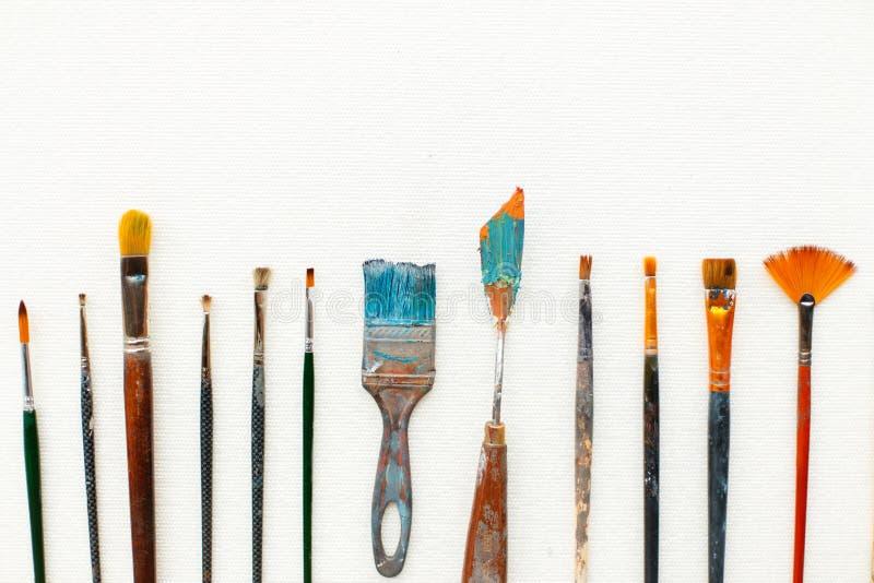 Un insieme dell'artista si trova su un fondo bianco Spazzole d'annata immagine stock