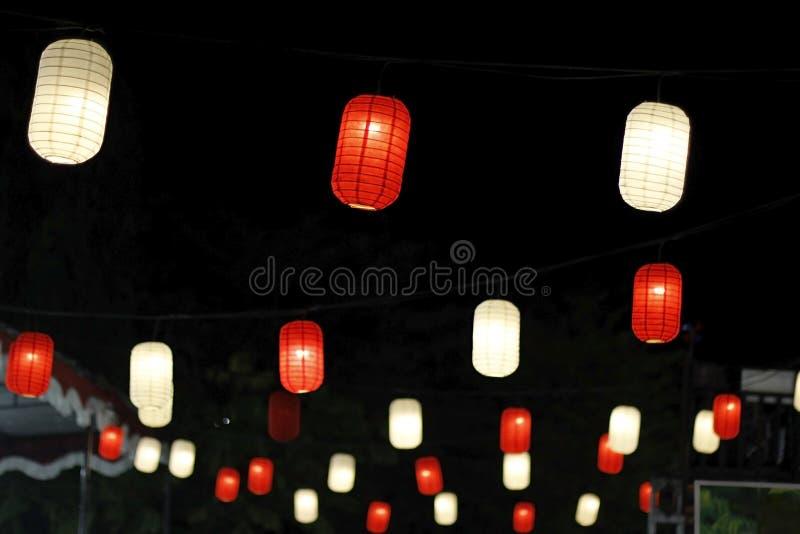 Un insieme delle lanterne nella notte fotografia stock libera da diritti