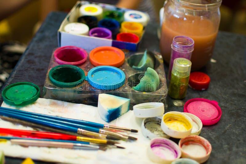 Un insieme delle pitture per la vernice di carrozzeria workplace fotografie stock libere da diritti
