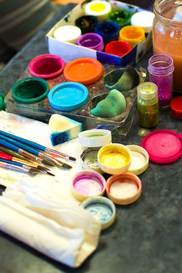 Un insieme delle pitture per la vernice di carrozzeria workplace immagine stock