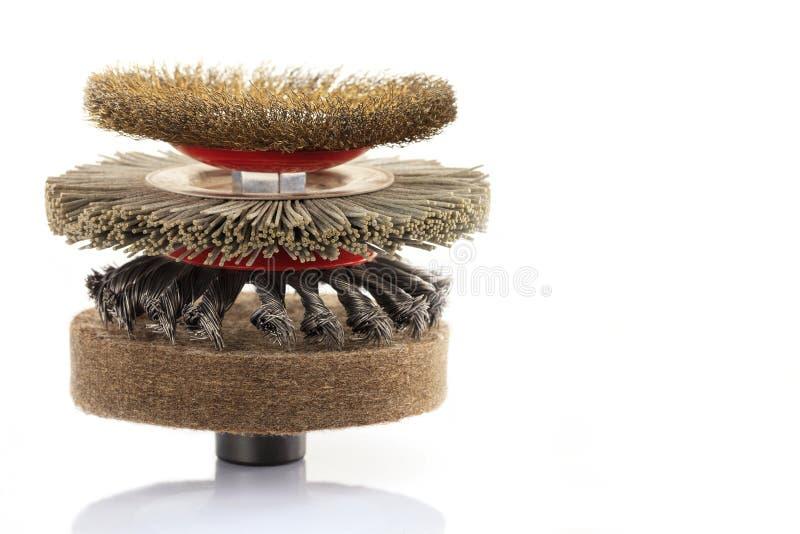 Un insieme delle spazzole stridenti dell'abrasivo del cavo per l'elaborazione e la molatura approssimative del legno e metallo e  immagine stock libera da diritti