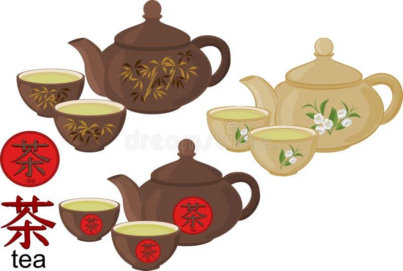 Un insieme delle tazze di tè e della teiera su un fondo bianco fotografia stock libera da diritti