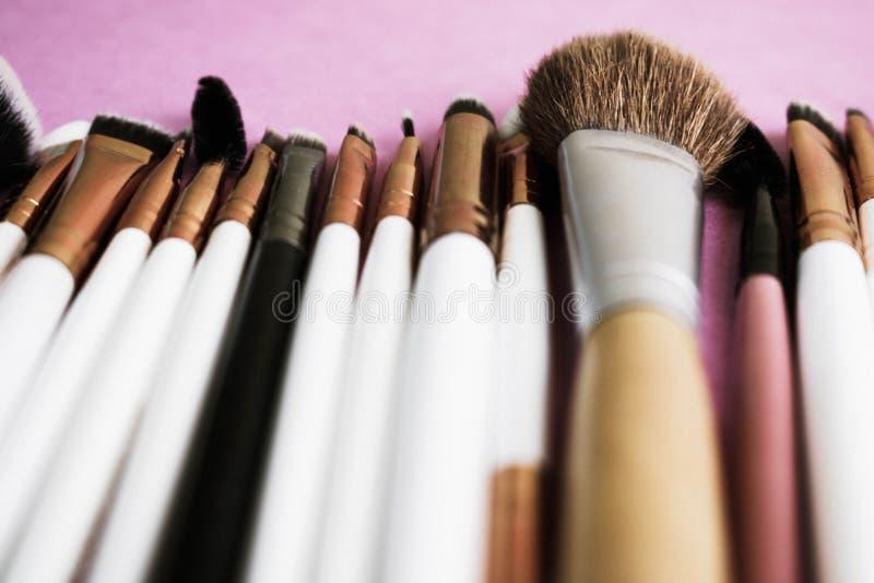 Un insieme di belle spazzole molli differenti per trucco da pelo naturale per bellezza che mira e che applica ad un fondamento to fotografia stock libera da diritti