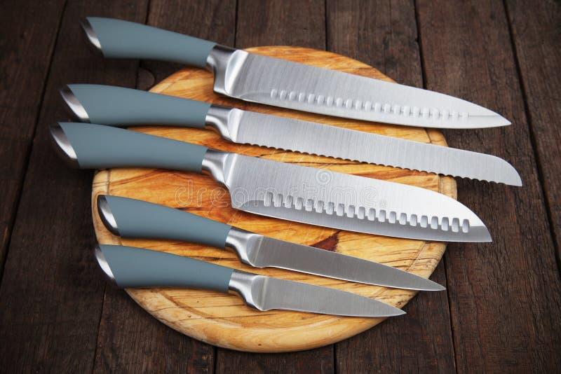 Un insieme di cinque coltelli da cucina fotografia stock