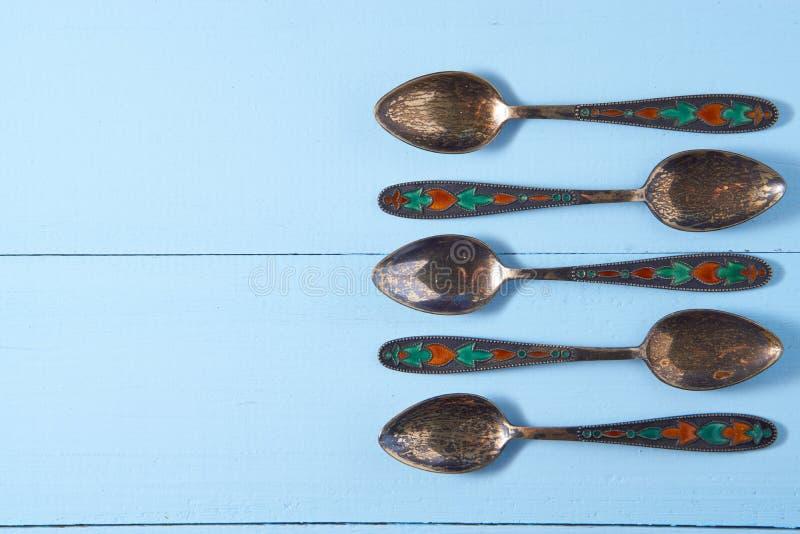 Un insieme di cinque cucchiaini d'annata decorativi immagini stock