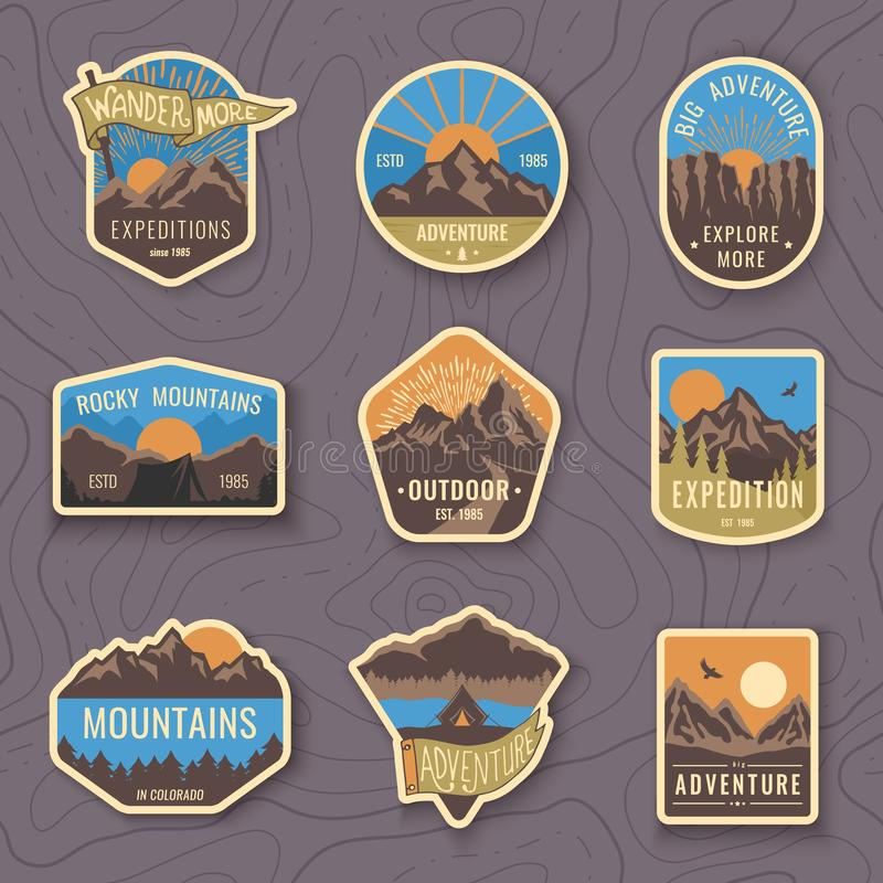 Un insieme di nove emblemi di viaggio della montagna Emblemi di avventura, distintivi e toppe all'aperto di campeggio di logo Tur royalty illustrazione gratis