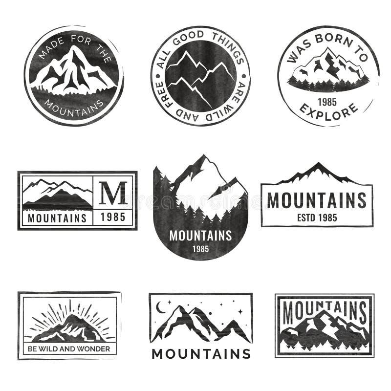 Un insieme di nove emblemi di viaggio della montagna con struttura di lerciume Emblemi di avventura, distintivi e toppe all'apert illustrazione vettoriale
