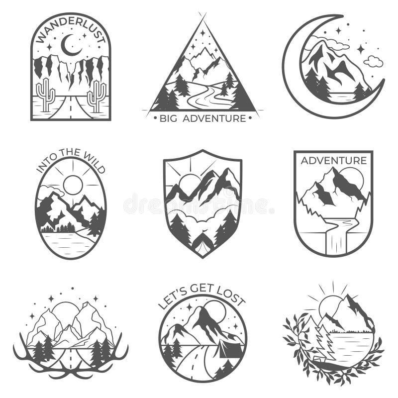 Un insieme di una montagna di nove vettori e dei distintivi all'aperto di avventure Modelli e distintivi con le montagne, alberi, illustrazione di stock