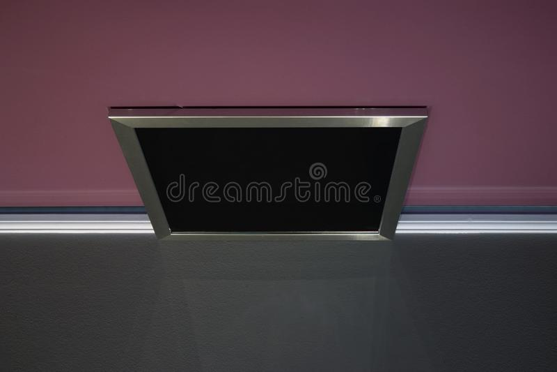 Un'installazione astratta fatta del nero ha incorniciato lo specchio sopra una tavola immagine stock libera da diritti
