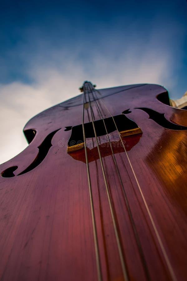 Un instrument bas d'un jazz jouant la bande image stock