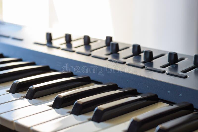 Un instrument de clavier et ses qualités de studio d'enregistrement photographie stock