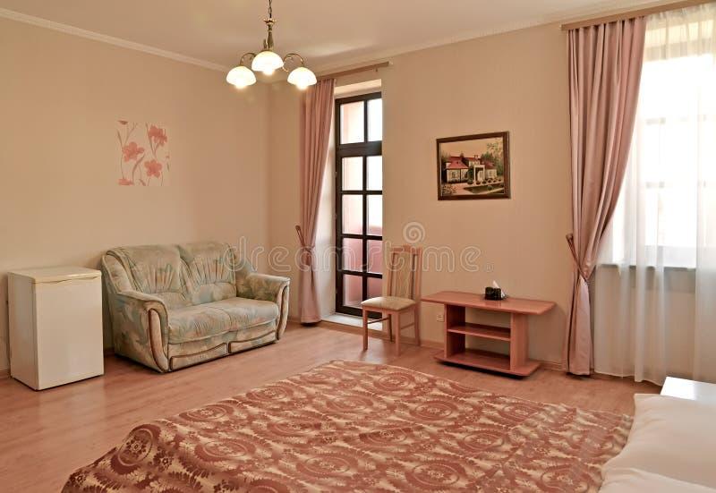 Un intérieur de l'hôtel rr de la chambre d'hôtel dans des tons roses avec une sortie à un balcon Classiques modernes image libre de droits