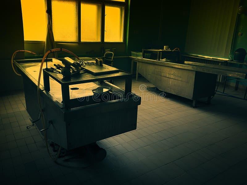 Un intérieur de pièce d'autopsie image libre de droits