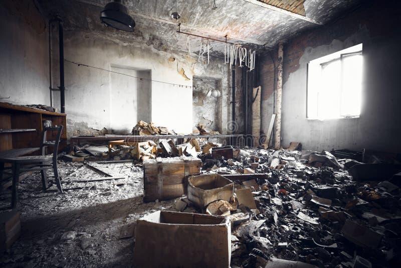 Un interior arruinado del edificio industrial imagen de archivo