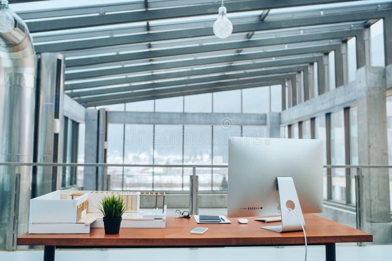 Un interior de un escritorio con el ordenador en oficina espaciosa moderna fotografía de archivo