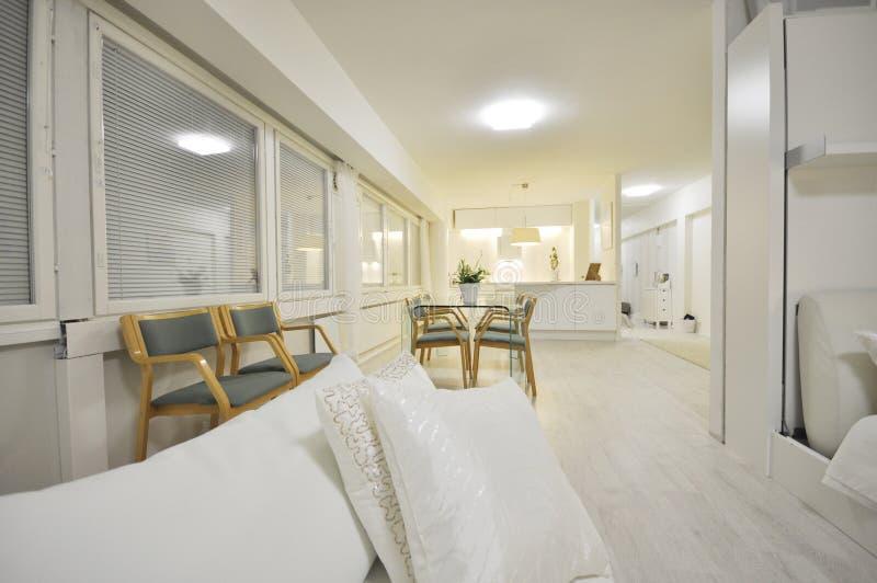 Un interior de Ministerio del Interior o un cuarto de lujo espacioso y hermoso de la negociación en Finlandia con una tabla de cr fotos de archivo libres de regalías