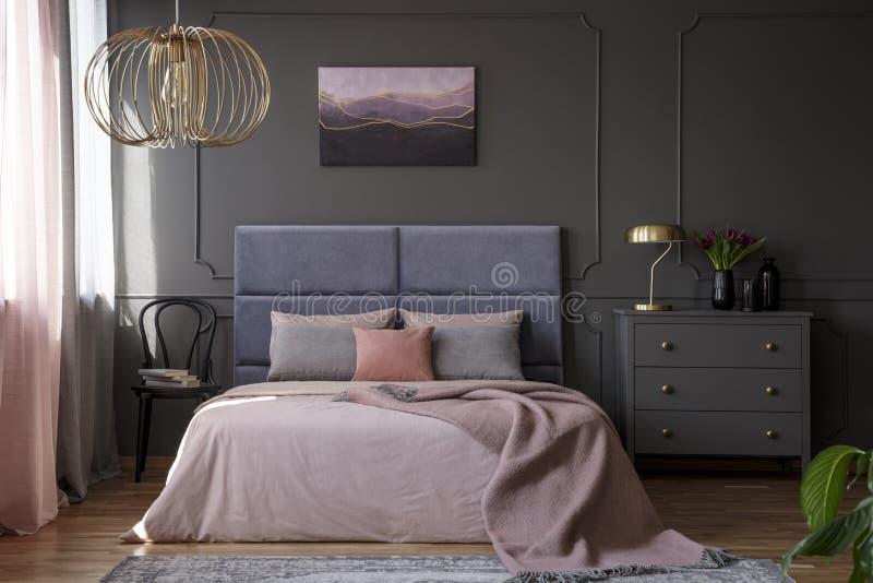 Un interior elegante del apartamento para una mujer con el pecho gris de dracmas imágenes de archivo libres de regalías
