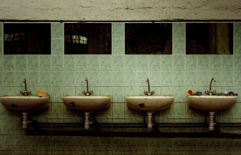 Un interior industrial abandonado imagen de archivo