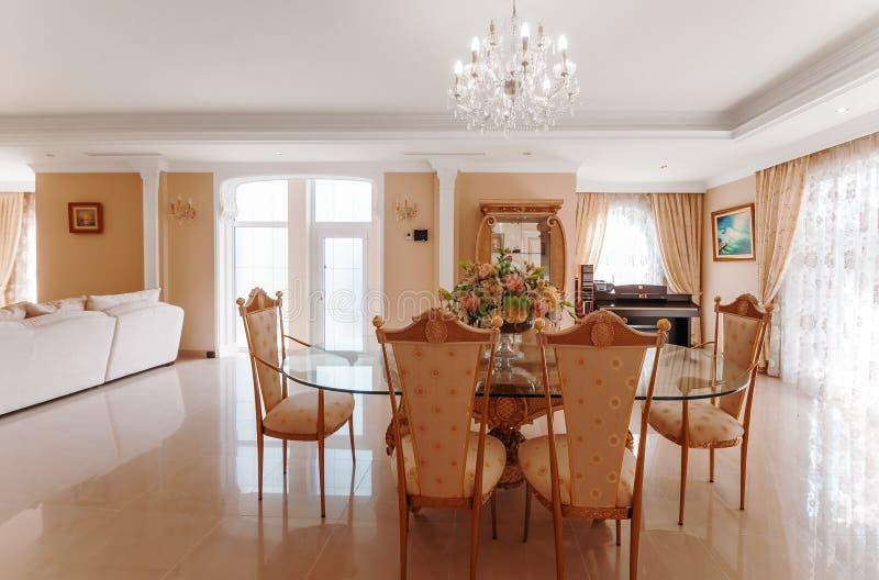 Un interior lujoso con un comedor y un piso del mármol foto de archivo libre de regalías