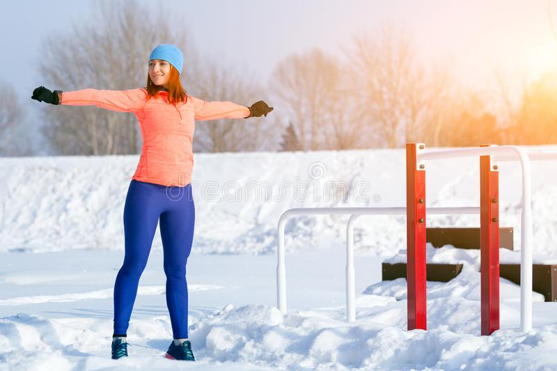 Un inverno corrente della giovane donna immagini stock libere da diritti