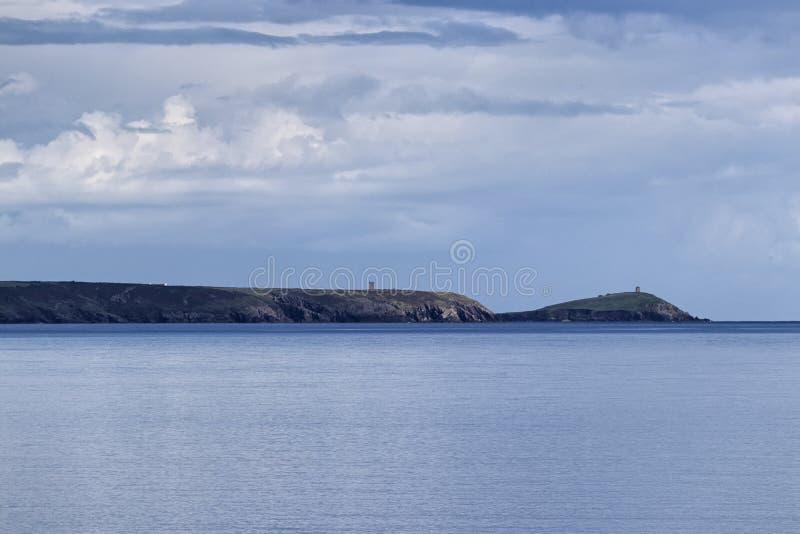 Un'isola della costa in una baia irlandese fotografie stock