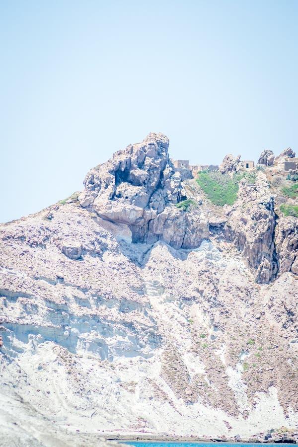 un'isola di 3 fourches ed onde e rocce immagini stock