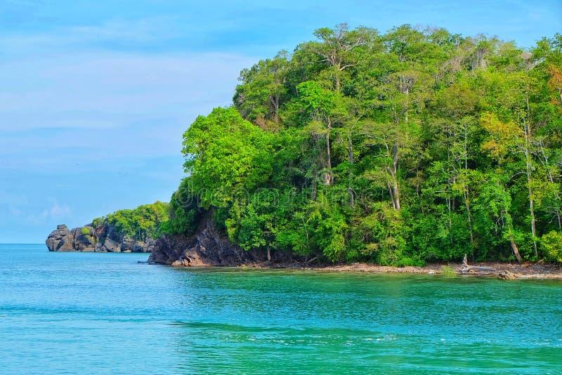 Un'isola tropicale di paradiso della montagna e del mare di vista tira, tempo del tramonto dell'isola di Tarutao fotografie stock libere da diritti