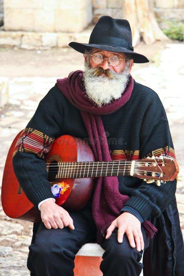 Un Israélien plus âgé - un artiste de rue avec une guitare sur ses mains image stock
