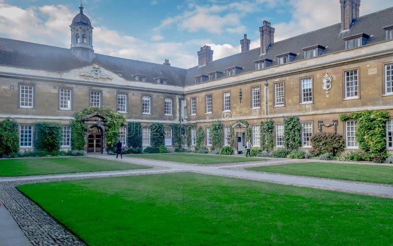 Un jardín de la visión dentro de la trinidad Hall College en un día soleado, Cambridge imagen de archivo libre de regalías