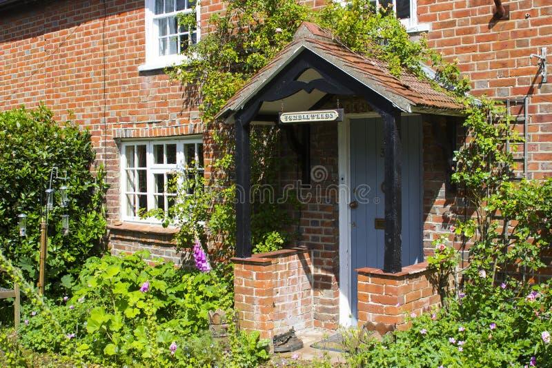 Un jardín inglés de la cabaña en Warsash en Hampshire que muestra un alboroto del color caótico en comienzo del verano imagen de archivo libre de regalías